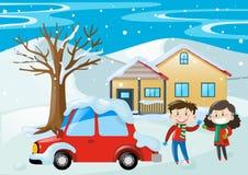 Cena com as crianças e o carro cobertos com a neve Imagens de Stock