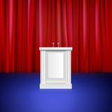 Cena com cortina vermelha, tribuna. Lugar para Imagem de Stock Royalty Free