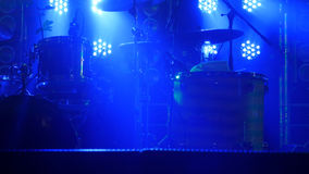 A cena com o jogo do cilindro e os holofotes bonitos em cores azuis Fotografia de Stock Royalty Free