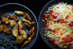 Cena con el pollo y tallarines con las verduras Foto de archivo libre de regalías