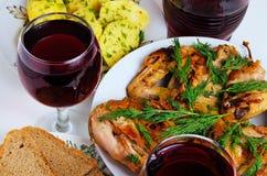 Cena con el vino, el pollo frito, las patatas y el pan Fotos de archivo