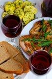 Cena con el vino, el pollo frito, las patatas y el pan Imágenes de archivo libres de regalías