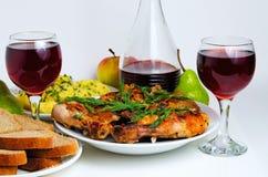 Cena con el vino, el pollo frito, las patatas y el pan Fotografía de archivo libre de regalías