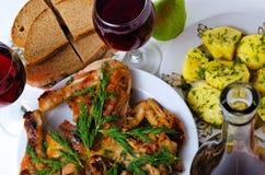 Cena con el vino, el pollo frito, las patatas y el pan Imagen de archivo