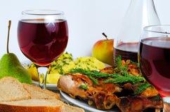 Cena con el vino, el pollo frito, las patatas y el pan Imagenes de archivo
