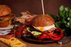 Cena con l'hamburger Fotografia Stock Libera da Diritti