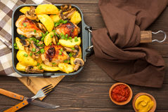 Cena con las piernas y la verdura cocidas de pollo Fotos de archivo libres de regalías