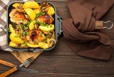 Cena con las piernas y la verdura cocidas de pollo Fotos de archivo