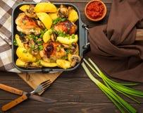Cena con las piernas y la verdura cocidas de pollo Fotografía de archivo libre de regalías