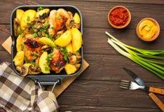 Cena con las piernas y la verdura cocidas de pollo Imagen de archivo libre de regalías