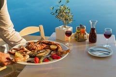 Cena con los mariscos y el vino rojo fotos de archivo