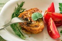 Cena con toaste e pomodori sul piatto bianco Primo piano Fotografia Stock Libera da Diritti