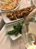cena con vino in un ristorante fotografia stock libera da diritti