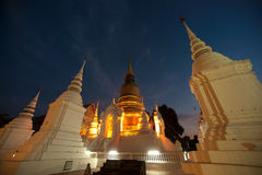 Cena crepuscular do templo de Wat Suan Dok em Tailândia Imagens de Stock Royalty Free