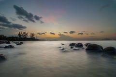 Cena crepuscular na área da praia de Pulgol Fotografia de Stock