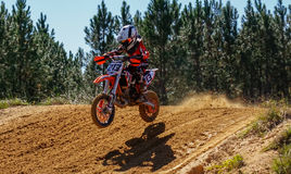 Cena da ação de Dirtbike do motocross Imagens de Stock