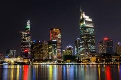 Cena da cidade com construções modernas no distrito financeiro central de Ho Chi Minh City na noite imagens de stock
