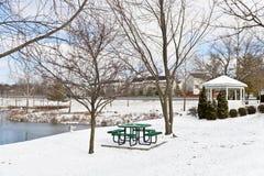 Cena da cidade do inverno com uma tabela de piquenique e um gazebo Imagens de Stock Royalty Free