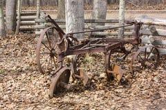 Cena da herdade do arado antigo abandonado do ferro imagem de stock royalty free