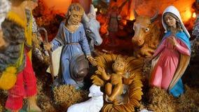 Cena da natividade com as figuras mão-coloridas feitas fora da madeira vídeos de arquivo