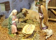 Cena da natividade com bebê Jesus Mary e Joseph no comedoiro Fotos de Stock