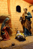 Cena da natividade do Natal com as estatuetas que incluem Jesus, Mary, Joseph, e carneiros Foto de Stock
