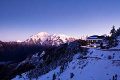 Cena da neve de uma cabine Fotografia de Stock Royalty Free