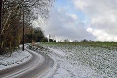 Cena da neve de uma pista do país no coração do lado de Kent Country imagens de stock