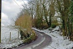 Cena da neve de uma pista do país no coração do lado de Kent Country foto de stock