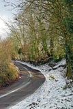Cena da neve de uma pista do país no coração do lado de Kent Country imagem de stock royalty free
