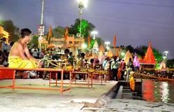 Cena da noite atrasada do kshipra do rio durante mela 2016 do kumbh do simhasth o grande, Índia de Ujjain Fotos de Stock