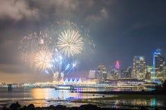 Cena da noite com os fogos de artifício dourados e azuis do ano novo vistos da skyline do parque de Stanley de Vancôver fotografia de stock royalty free