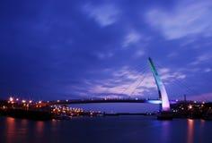 Cena da noite com a ponte Fotografia de Stock Royalty Free