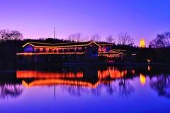 Cena da noite da casa de campo da beira do lago Foto de Stock Royalty Free