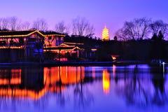 Cena da noite da casa de campo da beira do lago Fotografia de Stock