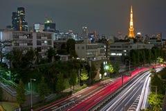 Cena da noite da cidade com luzes do movimento do carro Fotografia de Stock