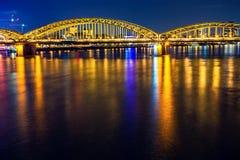 Cena da noite da ponte de Hohenzollern da água de Colônia imagens de stock