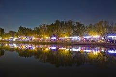 Cena da noite da reflexão do lago em Beijing Houhai Imagem de Stock Royalty Free