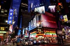 Cena da noite da rua no Times Square. Imagens de Stock