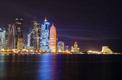 Cena da noite da skyline de Doha Fotografia de Stock Royalty Free