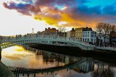 A cena da noite de Dublin com a ponte da moeda de um centavo do ` do Ha e o rio de Liffey ilumina-se Fotografia de Stock Royalty Free