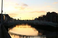 A cena da noite de Dublin com a ponte da moeda de um centavo do ` do Ha e o rio de Liffey ilumina-se ireland Imagem de Stock Royalty Free