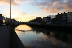 A cena da noite de Dublin com a ponte da moeda de um centavo do ` do Ha e o rio de Liffey ilumina-se ireland Imagem de Stock