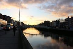 A cena da noite de Dublin com a ponte da moeda de um centavo do ` do Ha e o rio de Liffey ilumina-se ireland Fotografia de Stock