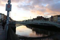 A cena da noite de Dublin com a ponte da moeda de um centavo do ` do Ha e o rio de Liffey ilumina-se ireland Foto de Stock Royalty Free