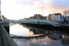 A cena da noite de Dublin com a ponte da moeda de um centavo do ` do Ha e o rio de Liffey ilumina-se ireland Foto de Stock
