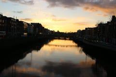 A cena da noite de Dublin com a ponte da moeda de um centavo do ` do Ha e o rio de Liffey ilumina-se ireland Fotografia de Stock Royalty Free