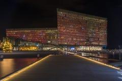 Cena da noite de Harpa Concert Hall no porto de Reykjavik foto de stock