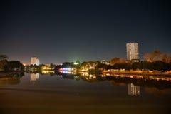 Cena da noite de pontos de noite iluminados da cidade do beira-rio Fotos de Stock Royalty Free