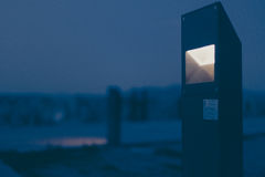 Cena da noite de uma luz arquitetonicamente projetada na moda no primeiro plano fotografia de stock royalty free